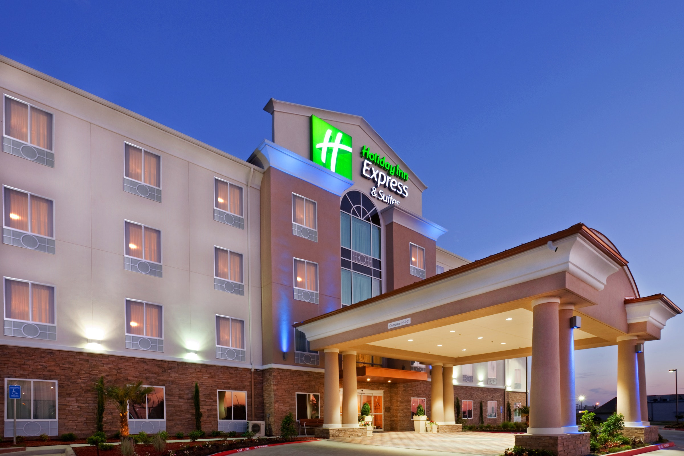Holiday Inn Express & Suites Dallas W-I-30 Cockrell Hill in Beyond Dallas